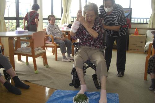 グループホームl小田原駅から無資格・未経験OKl介護職lマイカー通勤可l資格取得支援制度あり